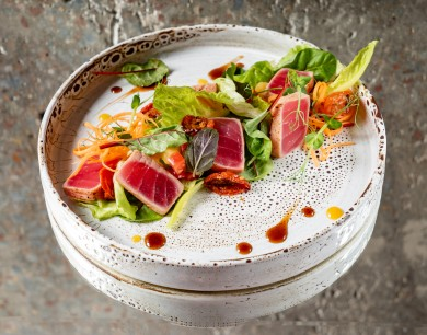 Tuna tataki salad with pineapple chutney