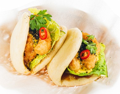Bao bun with shrimps and mango sauce