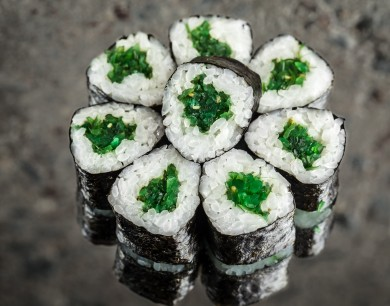 Mini roll with pickled seaweed