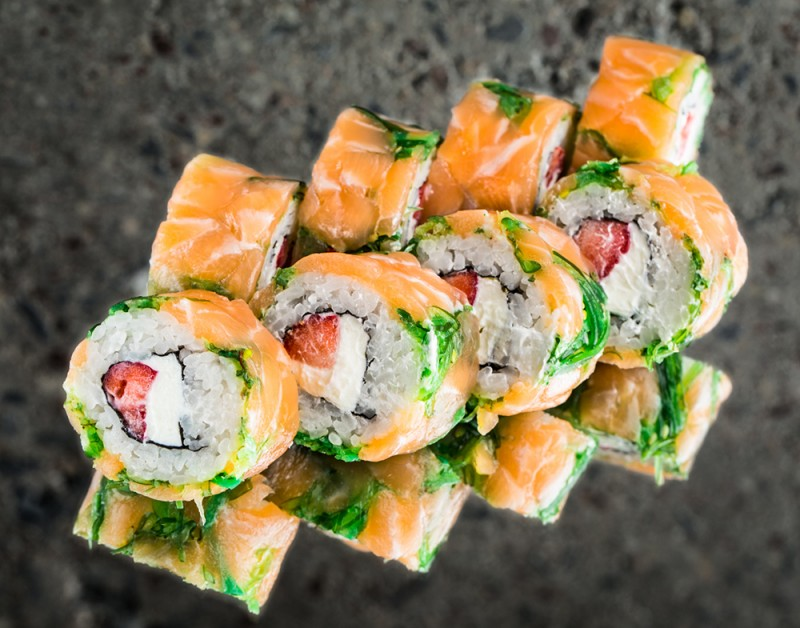Salmon roll with pickled seaweed and strawberries